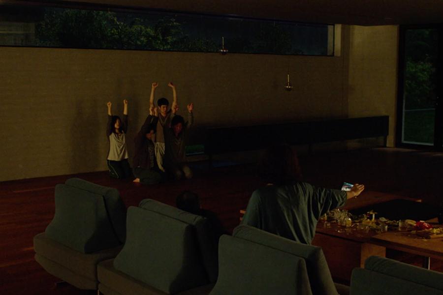 Parasite filminden karanlık bir iç mekan sahnesi