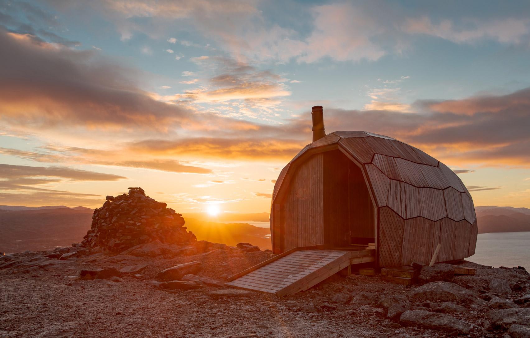 Güneş doğarken ahşap kabin dış görünüşü ve manzara