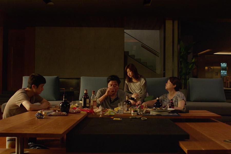 Parasite filmine konu olan aile ahşap malzeme yoğunluklu iç mekanda eğleniyor