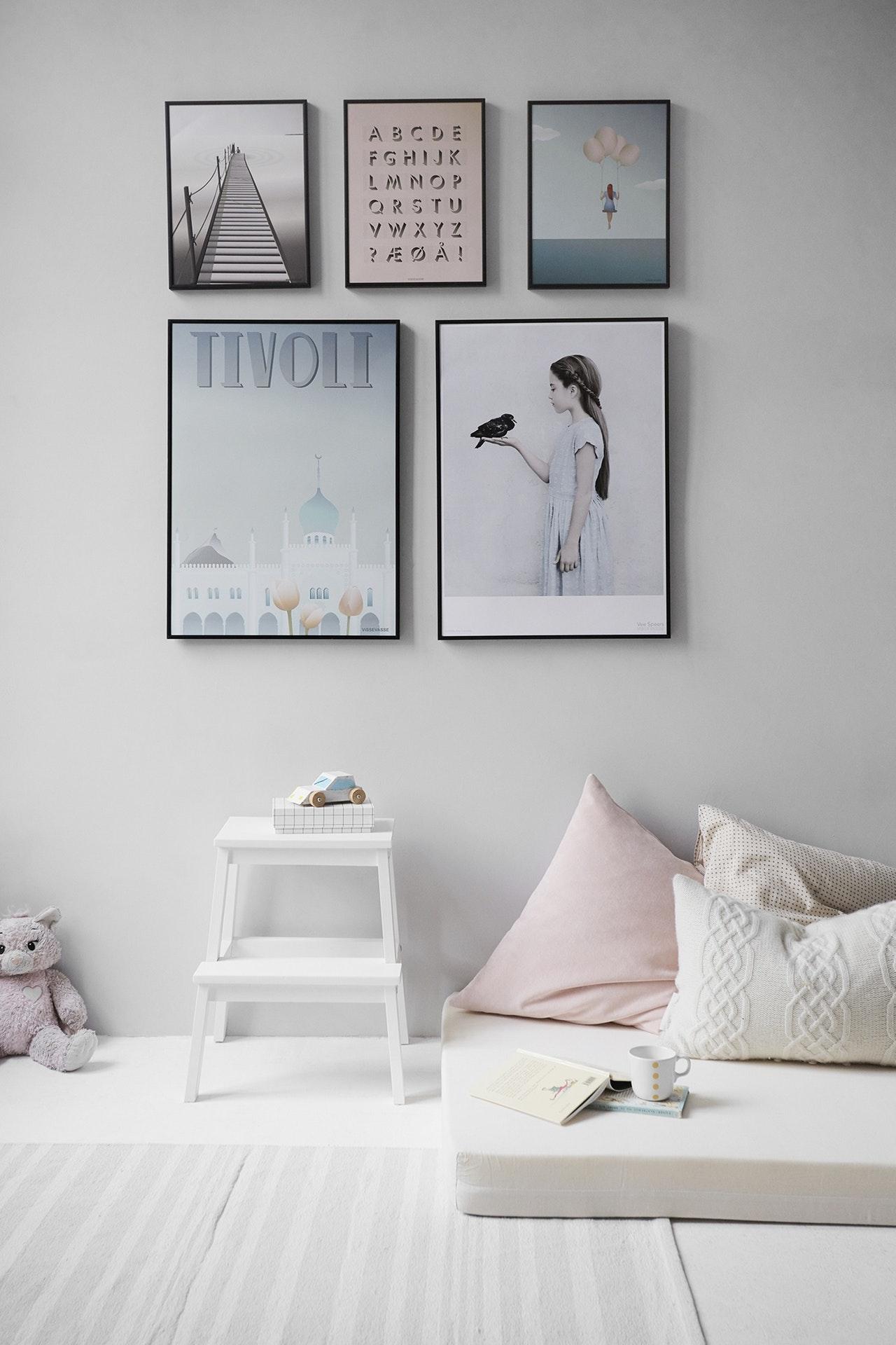 beyaz lamine parkeler ile kurgulanmış bir oda